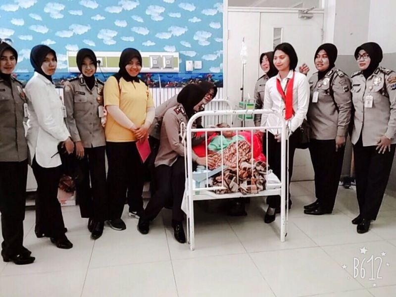 Polwan Polresta Banjarmasin Kunjungi Siti Fatimah