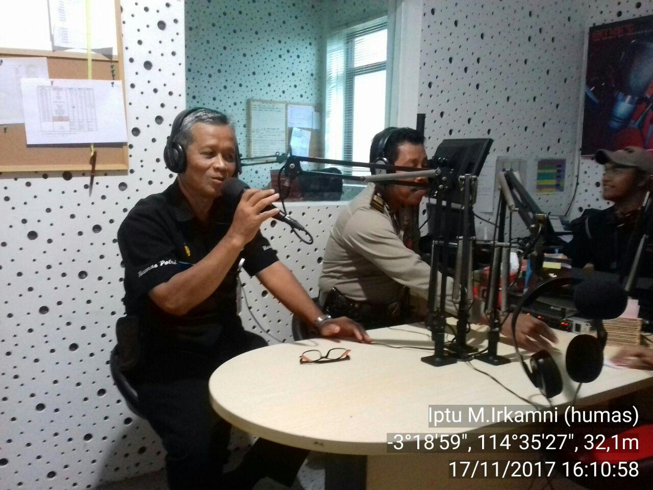 Dua Polisi Ini Berikan Himbauan Kamtibmas Melalui Radio Smart FM Banjarmasin