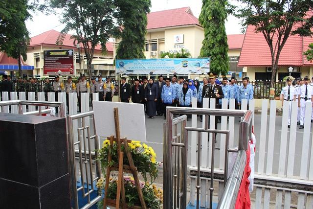 Peringatan Hari Pahlawan : Kapolresta Banjarmasin Letakkan Bunga di Tugu 9 November