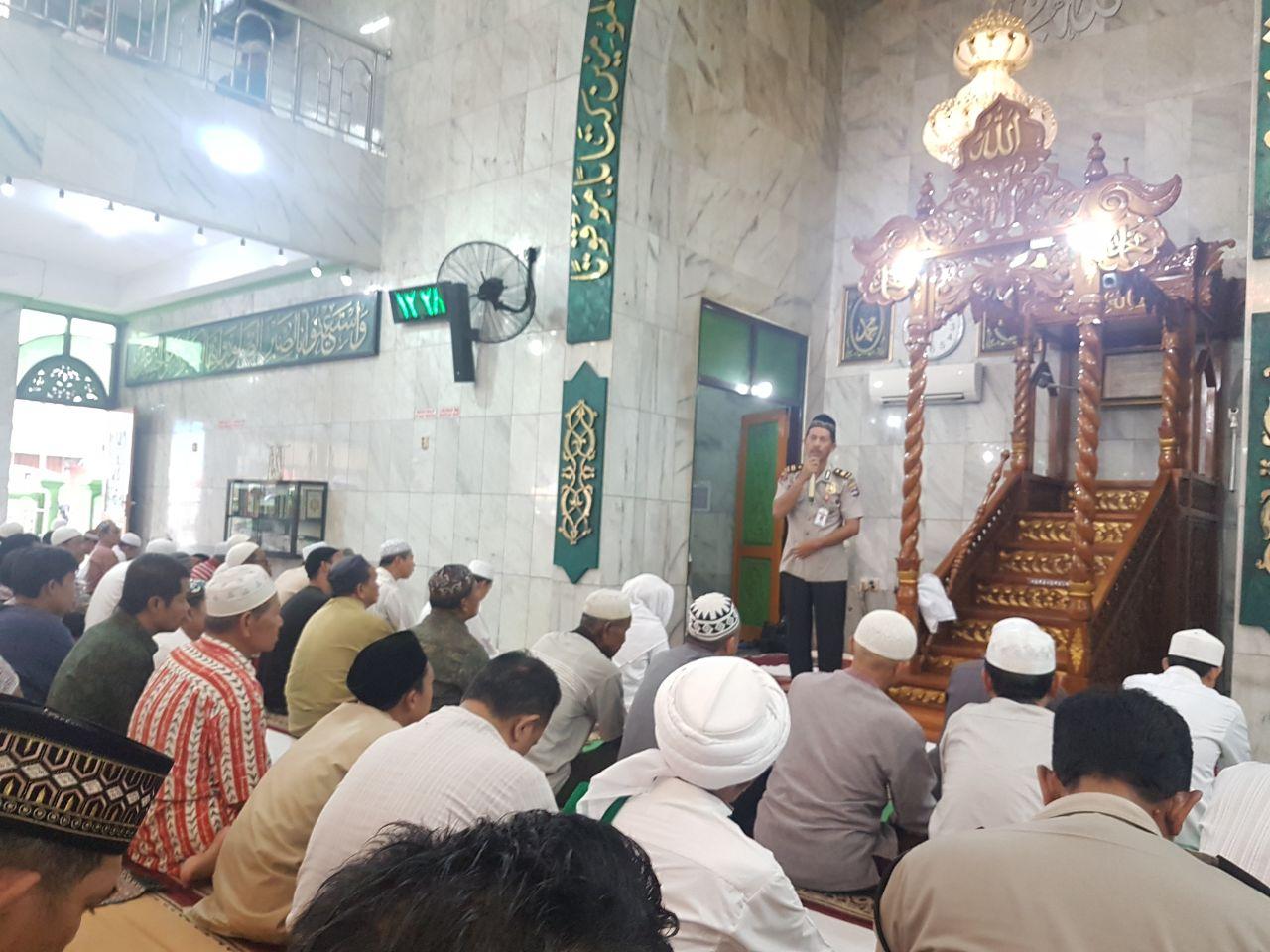 Iptu S. Fahri, S.E Berikan Penyuluhan Kamtibmas Dihadapan Para Jama'ah Sholat Jum'at