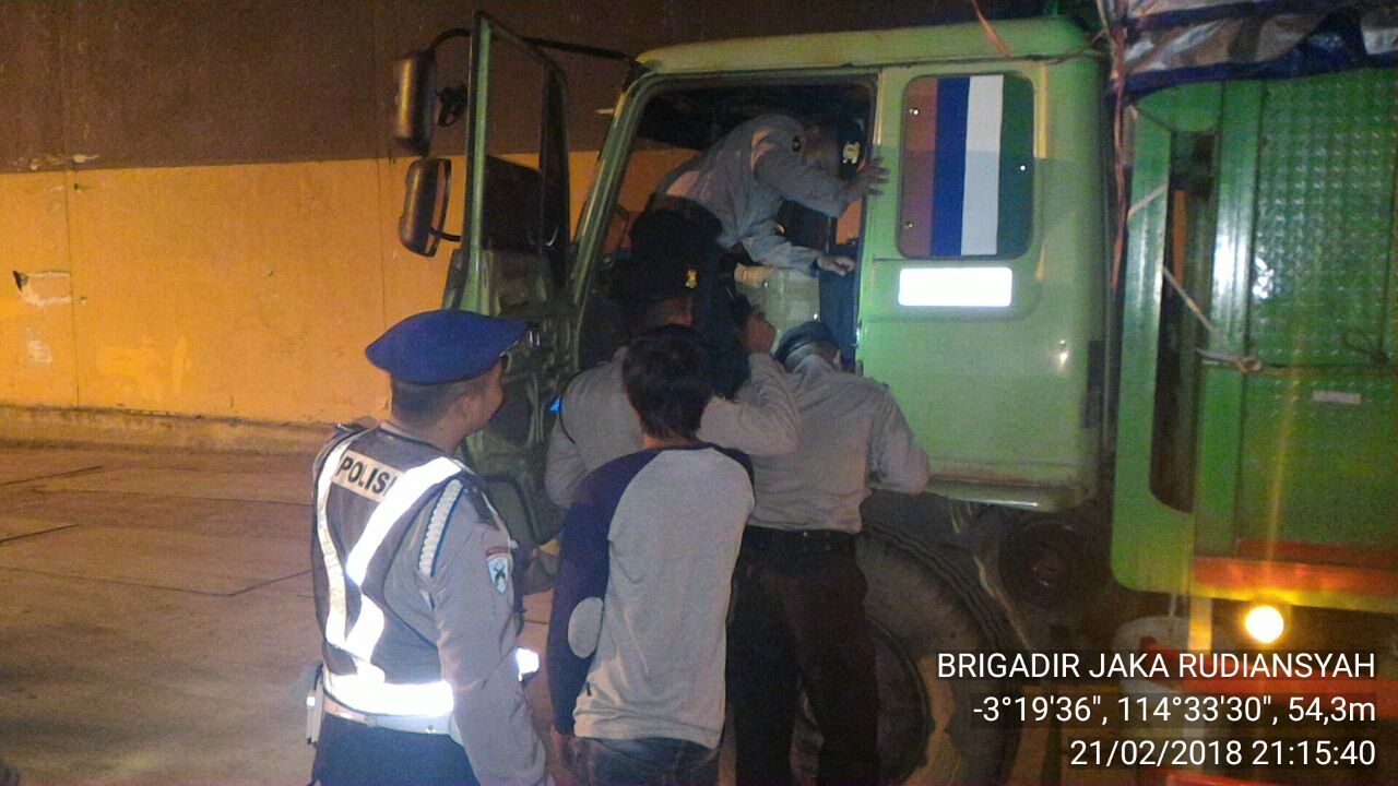 Antisipasi Narkoba dan barang terlarang Petugas Periksa Muatan Truk yang turun dari KM Satya Kencana III