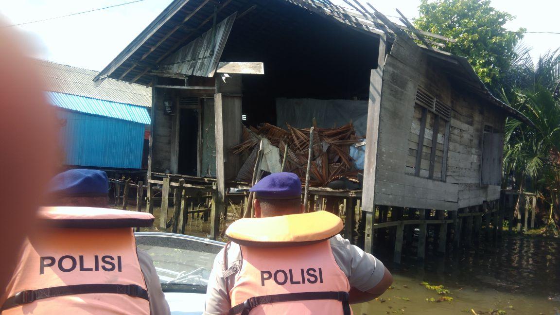 Bripka Ronny Setiady Tersentuh Melihat Kondisi Rumah Nini Niah