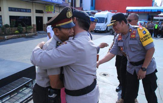 Waka Polresta Banjarmasin Peluk Personel Yang Mendapat Kenaikan Pangkat Pengabdian
