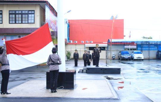 Tiga Polwan Polresta Banjarmasin Kibarkan Bendera Merah Putih