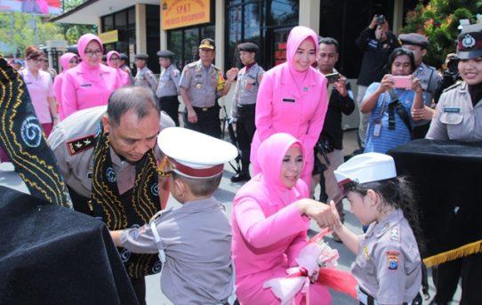 Dua Anak TK Kemala Bhayangkari Kalungkan Selendang Sasirangan Kepada Kapolda Kalsel Dan Ketua Bhayangkari PD. Kalsel