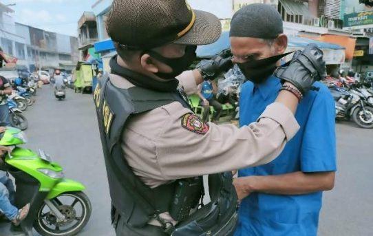 Polresta Banjarmasin Bagikan 10.000 Masker Kepada Masyarakat Jelang Penerapan Perwali