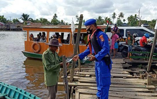 Satuan Polair Polresta Banjarmasin Bagikan Masker Kepada Masyarakat