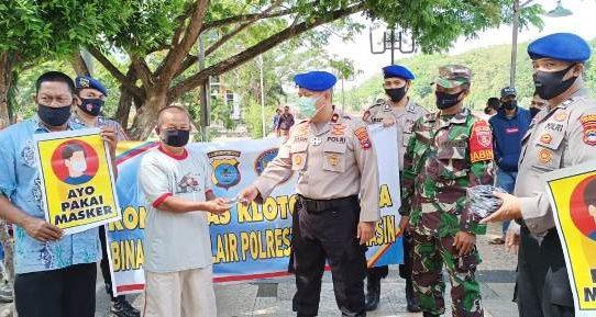 Dukung Operasi Yustisi, Satuan Polair Bersama Komunitas Kelotok Wisata Di Banjarmasin Sebar Masker dan Pamplet Edukasi