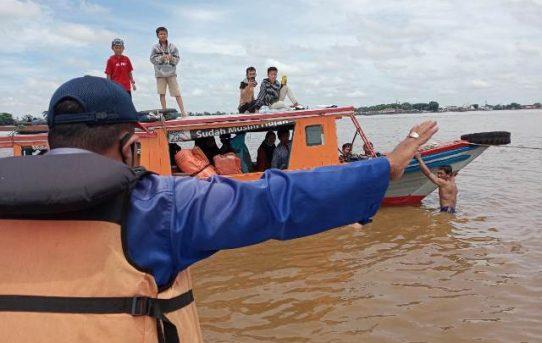 Sigap, Satuan Polair Polresta Banjarmasin Evakuasi Penumpang Kapal Kandas
