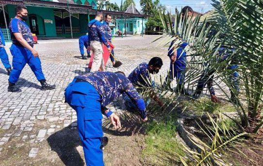Implementasi Revolusi Mental, Satuan Polair Polresta Banjarmasin Bersih-Bersih Masjid Sultan Suriansyah