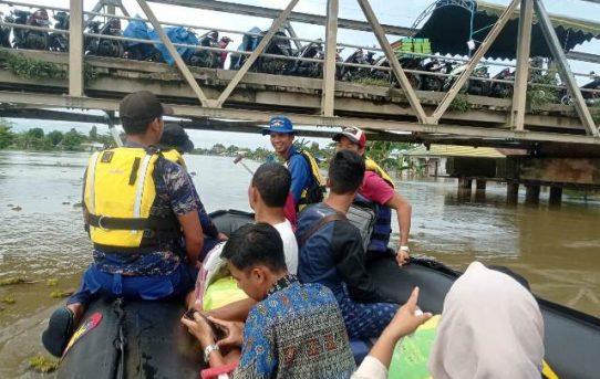 Bantu Korban Banjir, Tim SAR Polairud Polda Kalsel Dikerahkan Evakuasi Warga