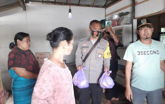 Bersinergi, Bhabinkamtibmas Kelurahan Telawang Beserta Relawan Salurkan Bantuan Korban Banjir
