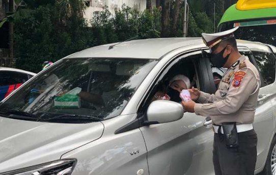 Pemantapan Dukungan Polri Dalam Penanganan Covid-19, Sat Lantas Polresta Banjarmasin Bagikan Masker Kepada Pengguna Jalan