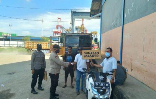 Tekan Covid-19, Polsek KPL Banjarmasin Bagikan Masker