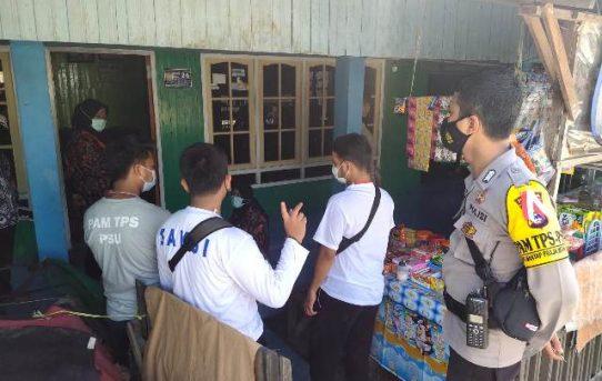 Bripka Rossy Kawal Petugas KPPS Ke Rumah Warga