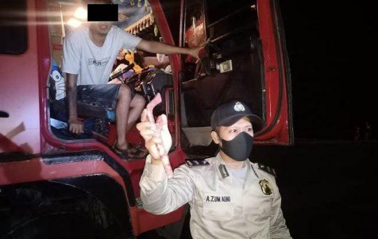 Patroli Di Kawasan Pelabuhan, Polsek KPL Banjarmasin Amankan Sopir Bawa Sajam Dan Satu Orang Mabuk Miras