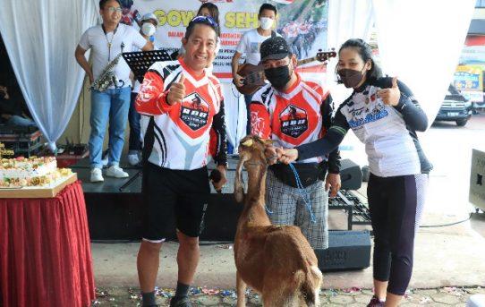 Gowes Sehat HUT Bhayangkara, Kapolresta Banjarmasin Serahkan Seekor Kambing Kepada Pemenang Doorprize