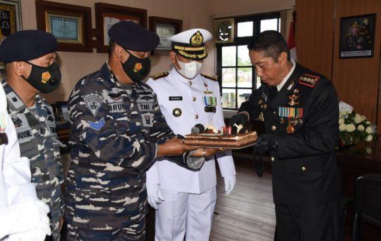 Hari Bhayangkara Ke-75, Jajaran TNI Di Banjarmasin Berikan Kejutan Surprise Ke Kapolresta