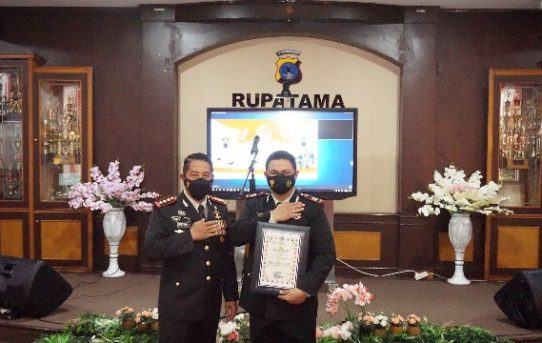 Hari Bhayangkara Ke-75, Kapolresta Banjarmasin Berikan Penghargaan Kepada Personel