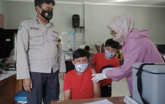 Bhabinkamtibmas Pantau Vaksinasi Massal, Termasuk Anak-Anak Usia 12 Tahun