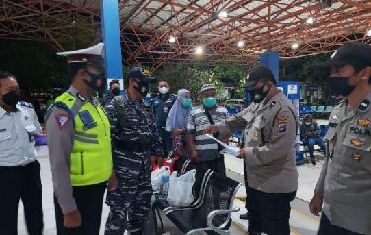 Pintu Masuk Pelabuhan Diperketat, Personel Gabungan Di Banjarmasin Periksa Dokumen Penumpang Kapal
