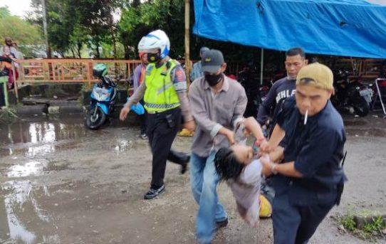 Ancam Keselamatan Warga Dan Petugas, Seorang Pria Mabuk Di Banjarmasin Terpaksa Dilumpuhkan