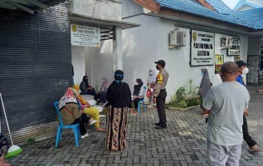 Pantau Vaksinasi Di Puskesmas, Bhabinkamtibmas Kelurahan Alalak Selatan : Ayo Yang Belum Vaksin Segera!!