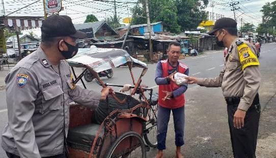 Jumat Berkah, Polsek Banjarmasin Tengah Bagikan Ratusan Nasi Bungkus dan Masker