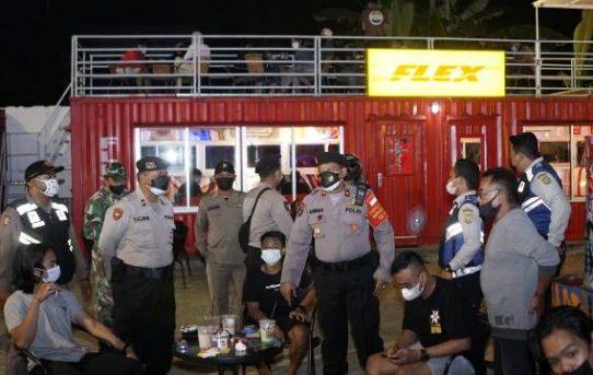 Patroli Gabungan Skala Besar Dan Edukasi Prokes, Polresta Banjarmasin Bagikan Sembako Kepada Masyarakat