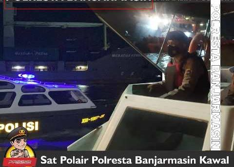 Sat Polair Polresta Banjarmasin Kawal Kapal Pembawa Oksigen Untuk Rumah Sakit