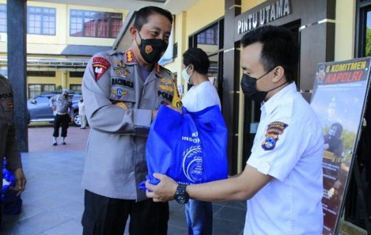 Peduli PHL dan Personel Usai Jalani Isoman, Kapolresta Banjarmasin Bagi Sembako