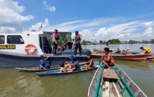 Jelang Hari Kemerdekaan RI Ke-76, Sat Polair Polresta Banjarmasin Sebar Ratusan Sembako Ke Warga Pesisir Sungai