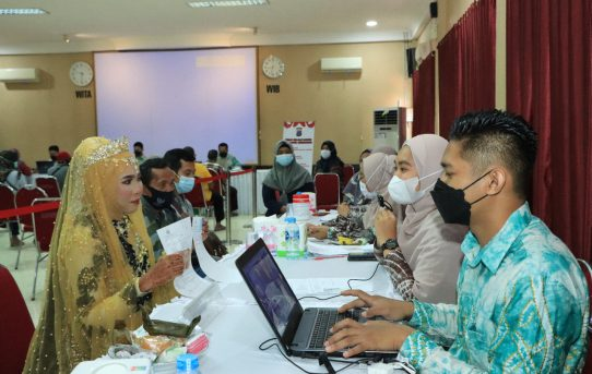 Perempuan Bergaun Pengantin Terima BTPKLW Di Polresta Banjarmasin